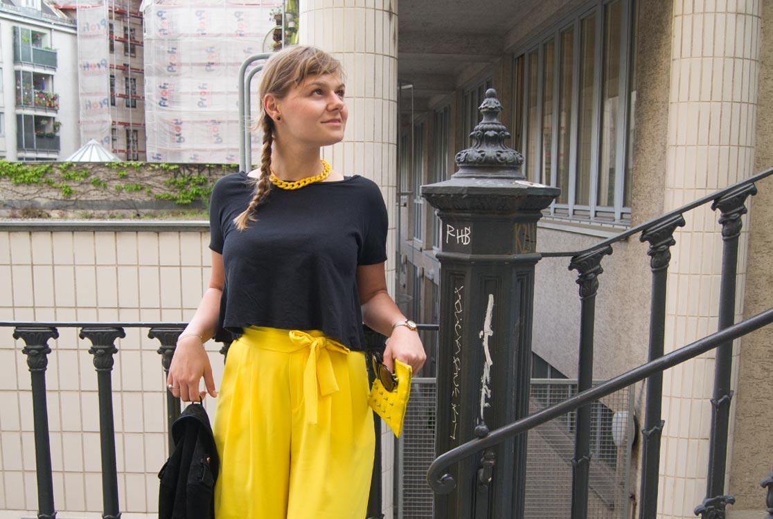 ootd gelbe culotte mit r ckenfreiem shirt und lederjacke. Black Bedroom Furniture Sets. Home Design Ideas
