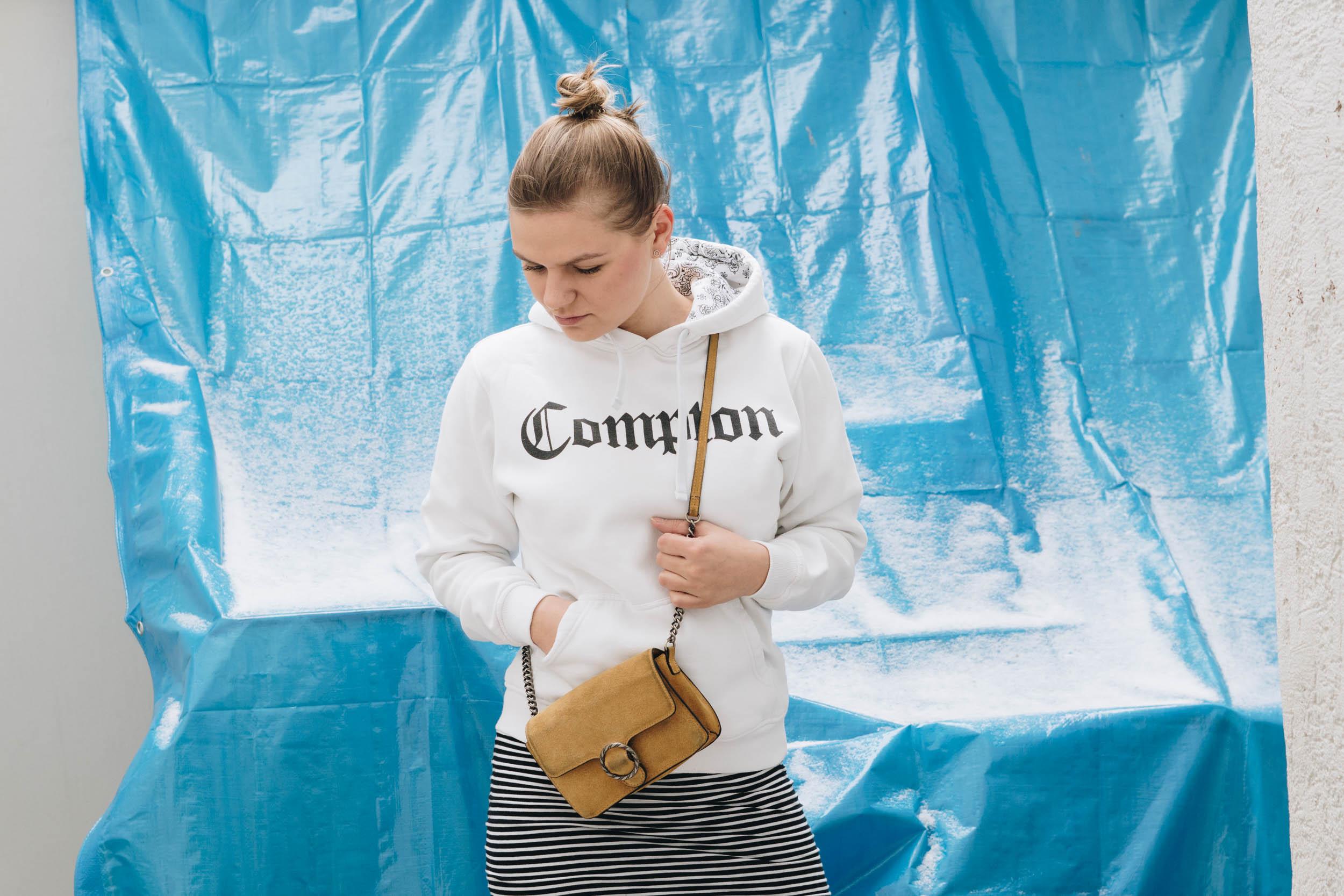 Brunchoutfit mit gestreifem bleistiftrock compton hoodie - Wie baue ich einen begehbaren kleiderschrank ...