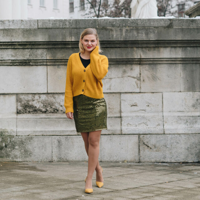 https://yellowgirl.at/wp-content/uploads/2018/12/yellowgirl_Weihnachtsoutfit-in-Pailletten-Rock-gelbem-Cardigan-und-gelben-Pumps-3-von-7-640x640.jpg